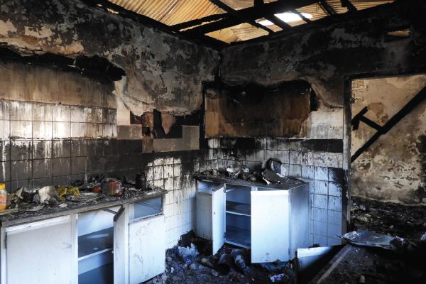 Die verwoestende brand het die hele huis in puin gel�.